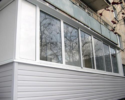 Алюминиевый балкон с сайдингом в панельном доме